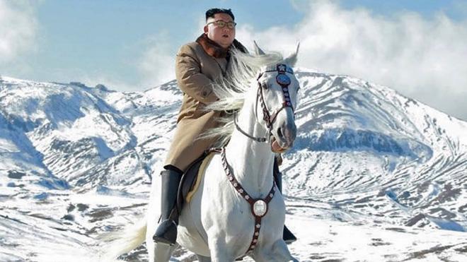 Ông Kim Jong-un oai phong cưỡi bạch mã trên đỉnh núi thiêng, báo Mỹ châm chọc: Bắt chước ông Putin! - ảnh 6