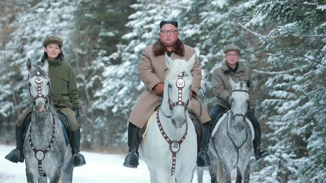 Ông Kim Jong-un oai phong cưỡi bạch mã trên đỉnh núi thiêng, báo Mỹ châm chọc: Bắt chước ông Putin! - ảnh 8