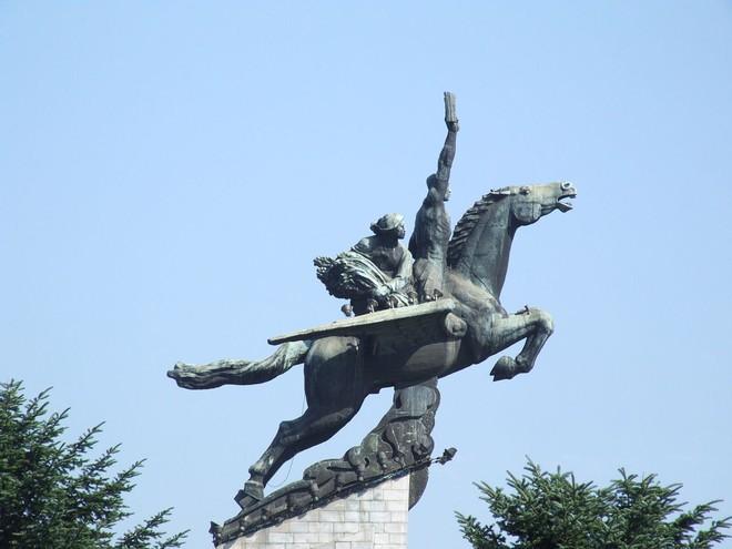 Ngựa thần ông Kim cưỡi trên đỉnh Paektu: Thần tiên mới cưỡi nổi, phi nước đại chân không in dấu - Ảnh 3.