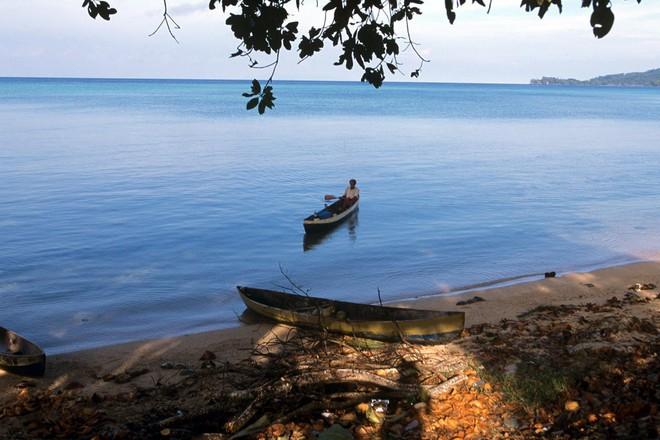 Bỏ tiền thuê toàn bộ một hòn đảo trong 75 năm khiến cư dân bản địa sốc và sợ hãi: Mục đích của TQ là gì? - Ảnh 1.