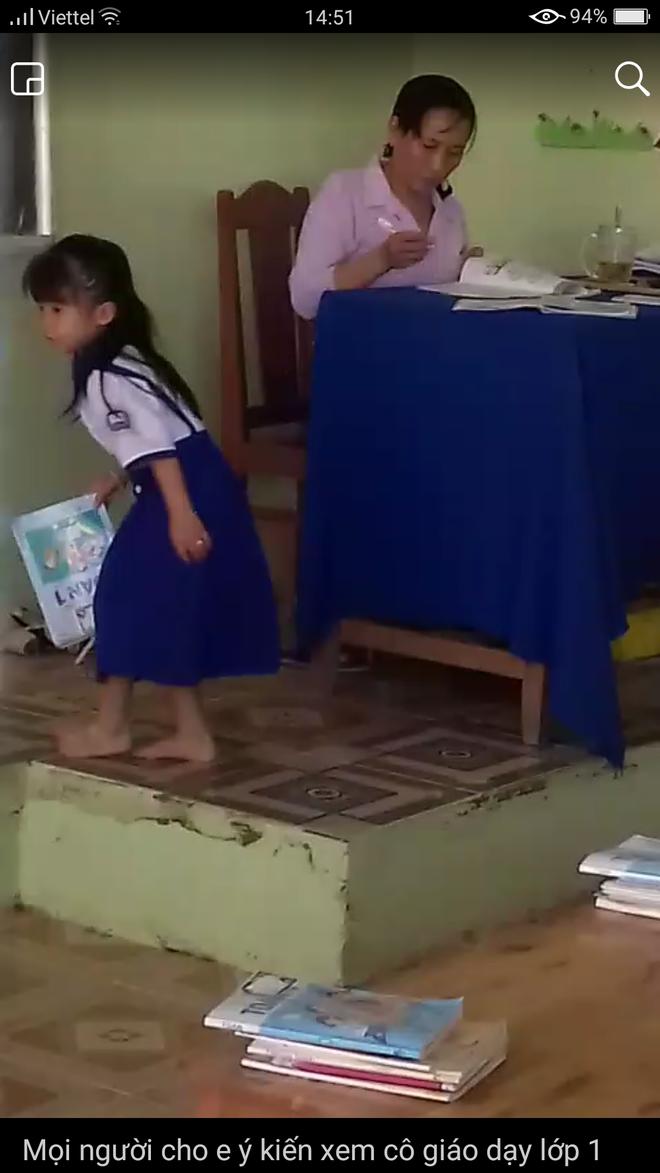 Yêu cầu ngừng đứng lớp cô giáo chấm bài xong ném vở học sinh xuống gạch - Ảnh 2.