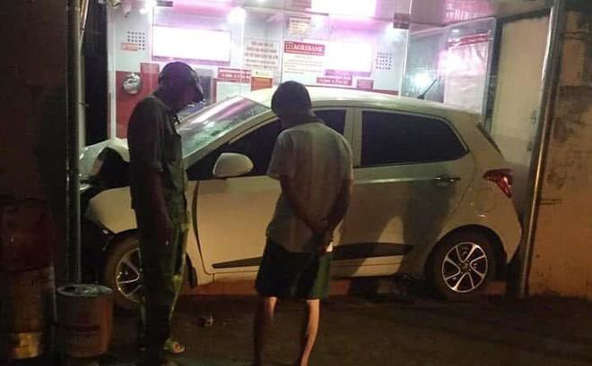 """Ô tô nằm gọn trong khu vực ATM - hiện trường vụ tai nạn khiến người ta """"đau đầu"""" tìm lời giải"""