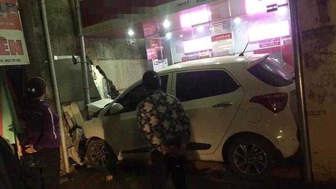 Ô tô nằm gọn trong khu vực ATM - hiện trường vụ tai nạn khiến người ta đau đầu tìm lời giải - Ảnh 1.