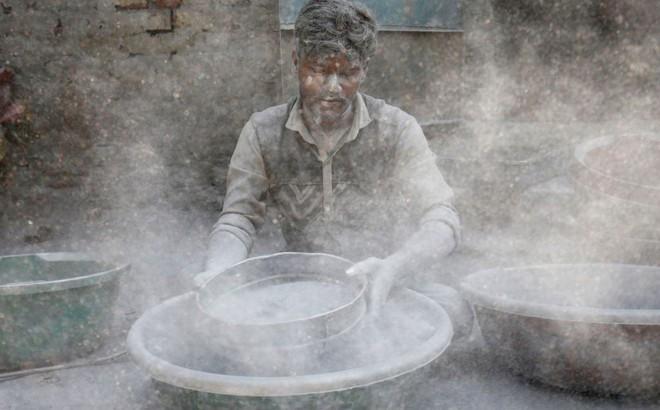 24h qua ảnh: Công nhân chuẩn bị thuốc súng làm pháo ở Ấn Độ