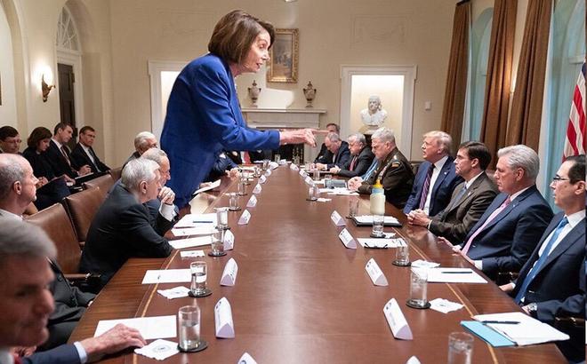 """Cái chỉ tay của Chủ tịch Hạ viện Mỹ và bức ảnh gây xôn xao dư luận: """"Mọi con đường đều dẫn tới Putin!"""""""