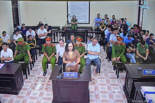 Bị cáo Triệu Thị Chính khóc kêu oan: Tôi mang tiếng là em gái ông Triệu Tài Vinh bao lâu nay - Ảnh 2.