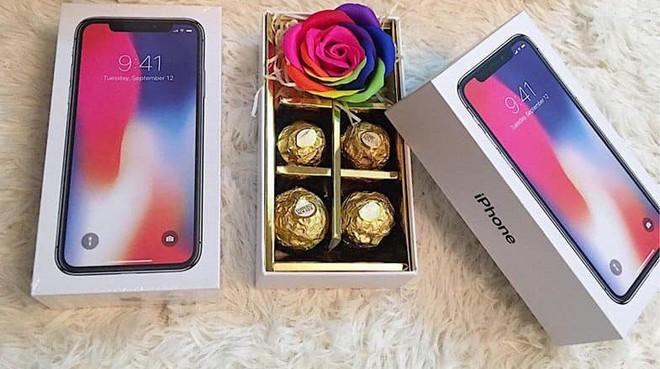 Sự thật gây sốc bên trong hộp quà iPhone giá 200.000 đồng - Ảnh 1.