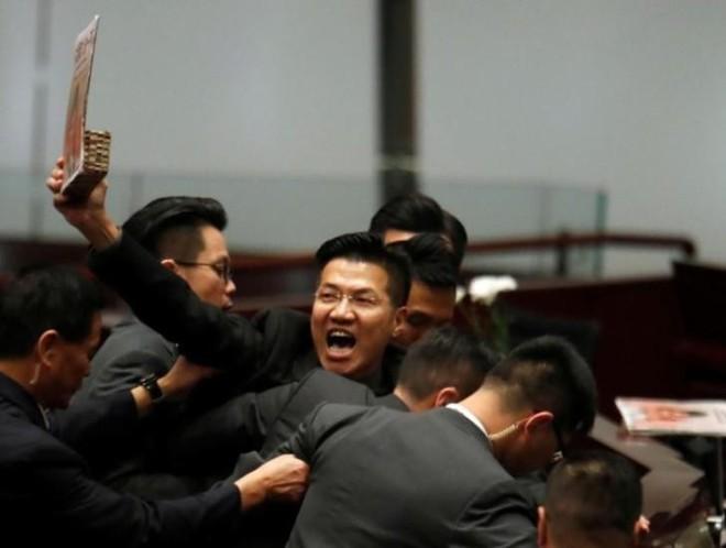 Hỗn loạn trong phiên họp của Hội đồng Lập pháp Hồng Kông - Ảnh 1.