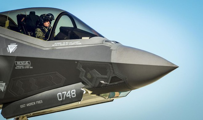 Chiếc mũ bay gần 10 tỷ đồng của phi công F-35 Mỹ - Ảnh 1.