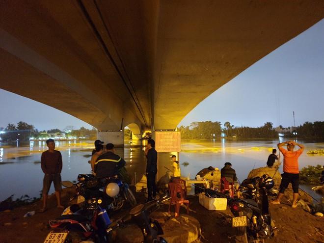 Vị khách đi Grab gửi giấy tờ tuỳ thân cho tài xế rồi nhảy xuống sông Sài Gòn tự tử - Ảnh 1.