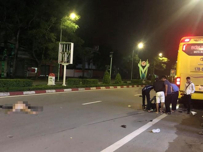 Hai nữ sinh băng xe máy qua đường bị ôtô khách tông thương vong lúc rạng sáng - ảnh 1