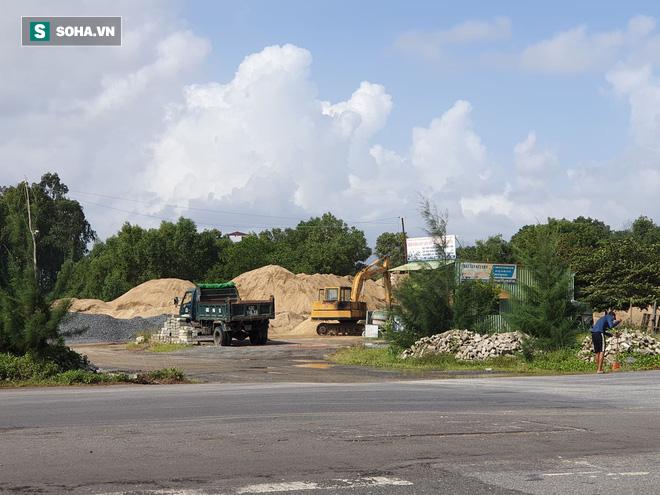 Hàng loạt bãi tập kết cát trái phép hoạt động công khai trên tuyến đường du lịch - Ảnh 2.