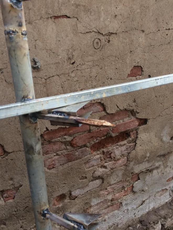 Hàng rào sắt nhọn hoắt hướng ra lối đi của người hàng xóm khiến dân mạng kinh hãi - ảnh 3