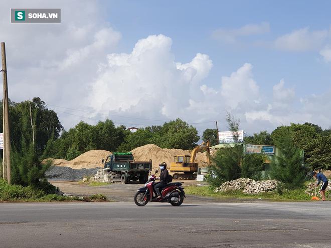 Hàng loạt bãi tập kết cát trái phép hoạt động công khai trên tuyến đường du lịch - Ảnh 1.