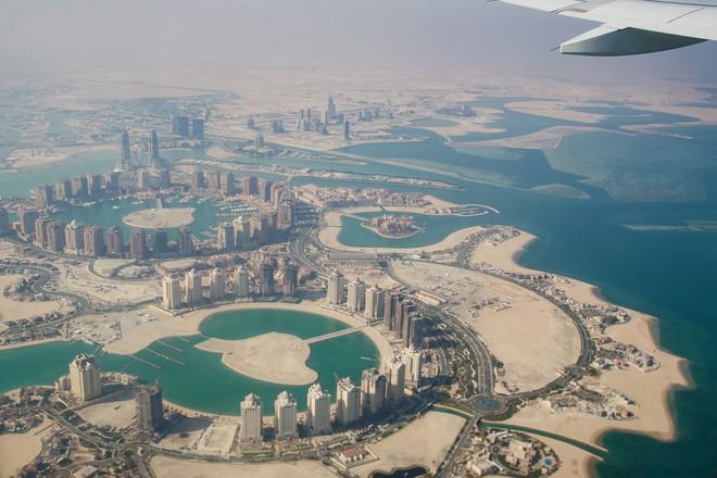 Thời tiết nóng 50 độ C, Qatar lắp đặt luôn hệ thống điều hòa khồng lồ ngoài trời để người dân thấy mát mẻ hơn - Ảnh 2.
