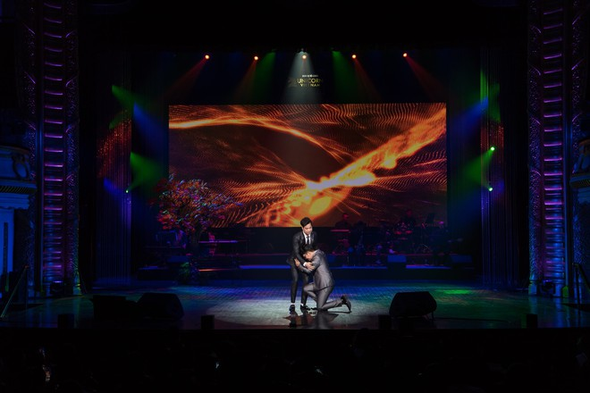 Ca sĩ Ngọc Sơn và con nuôi Duy Cường nhảy sung bên dàn vũ công nữ gợi cảm - Ảnh 7.