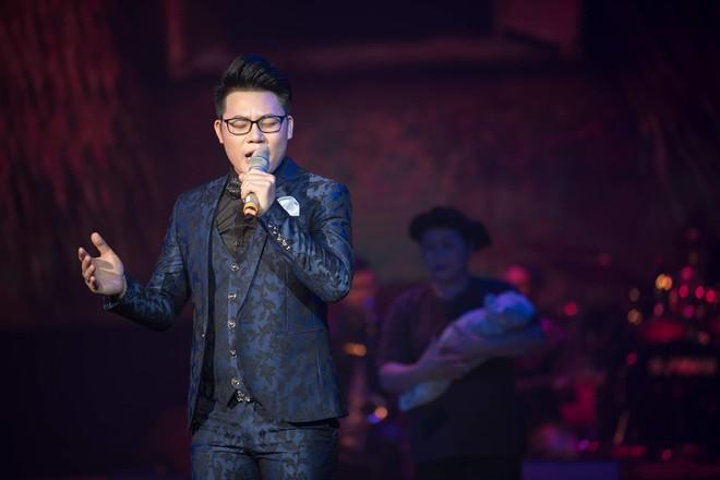 Ca sĩ Ngọc Sơn và con nuôi Duy Cường nhảy sung bên dàn vũ công nữ gợi cảm - Ảnh 1.
