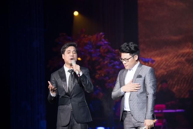 Ca sĩ Ngọc Sơn và con nuôi Duy Cường nhảy sung bên dàn vũ công nữ gợi cảm - Ảnh 3.
