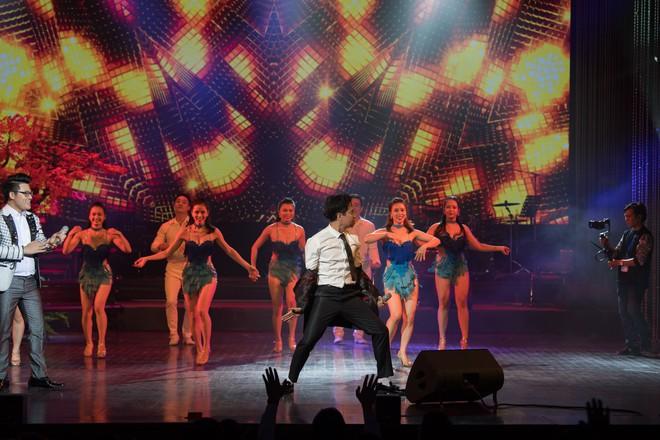 Ca sĩ Ngọc Sơn và con nuôi Duy Cường nhảy sung bên dàn vũ công nữ gợi cảm - Ảnh 5.