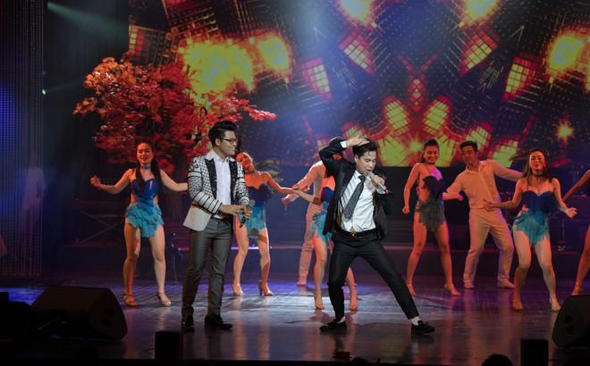 Ca sĩ Ngọc Sơn và con nuôi Duy Cường nhảy sung bên dàn vũ công nữ gợi cảm