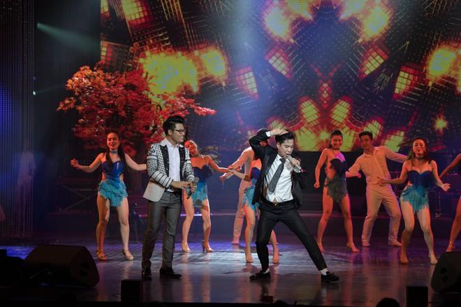 Ca sĩ Ngọc Sơn và con nuôi Duy Cường nhảy sung bên dàn vũ công nữ gợi cảm - Ảnh 6.