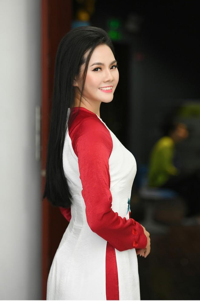 Lương Nguyệt Anh đọ sắc với Minh Chuyên, hát Quê mẹ người ơi ngọt ngào, da diết - ảnh 1