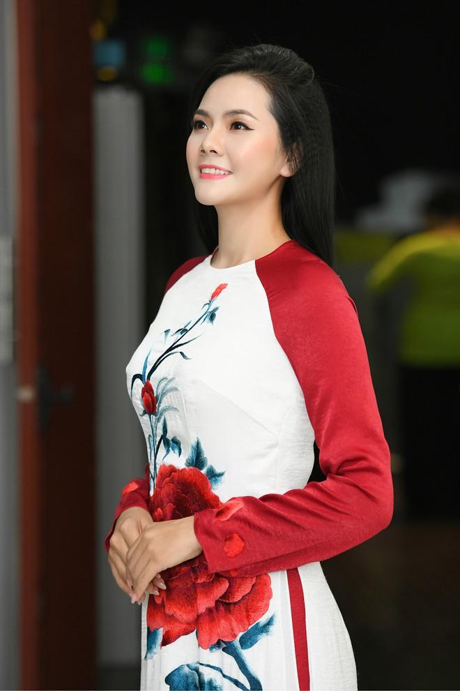 Lương Nguyệt Anh đọ sắc với Minh Chuyên, hát Quê mẹ người ơi ngọt ngào, da diết - ảnh 2