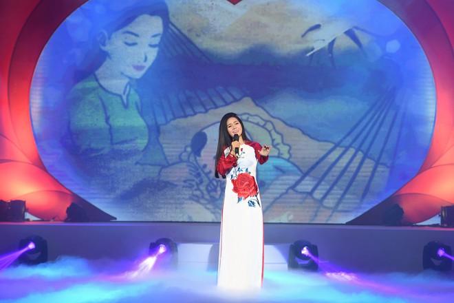 Lương Nguyệt Anh đọ sắc với Minh Chuyên, hát Quê mẹ người ơi ngọt ngào, da diết - ảnh 9