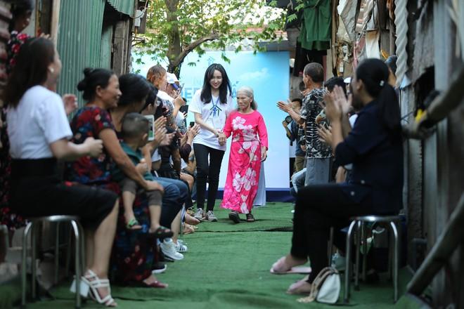 Sàn catwalk có một không hai ở Hà Nội: Thông điệp sâu sắc cho ngày Phụ nữ Việt Nam - Ảnh 7.