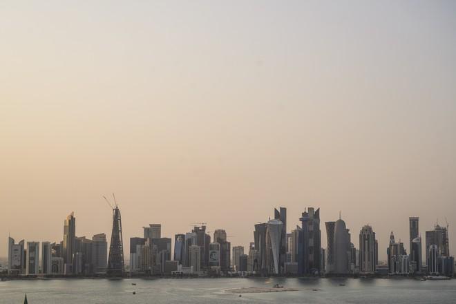 Thời tiết nóng 50 độ C, Qatar lắp đặt luôn hệ thống điều hòa khồng lồ ngoài trời để người dân thấy mát mẻ hơn - Ảnh 1.