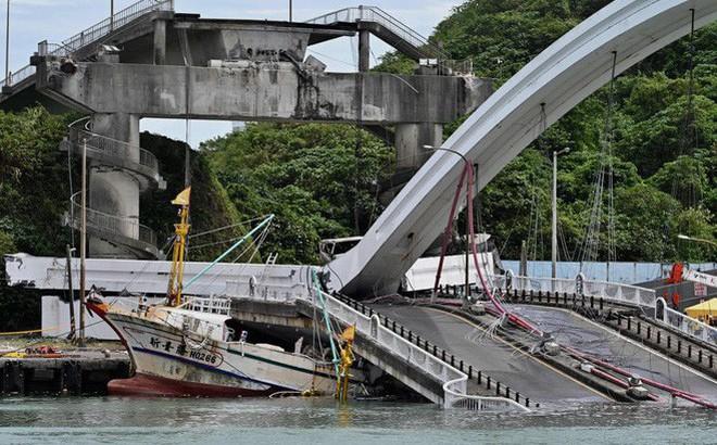 24h qua ảnh: Cầu gẫy sập, đè bẹp tàu đánh cá ở Đài Loan