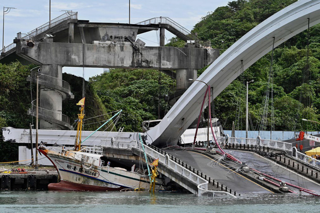 24h qua ảnh: Cầu gẫy sập, đè bẹp tàu đánh cá ở Đài Loan  - Ảnh 11.