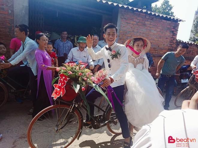 Chú rể dẫn hàng chục trai làng đạp xe đến rước vợ, phản ứng của cô dâu khiến tất cả thích thú - Ảnh 4.