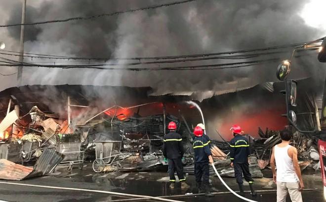 Chợ Còng cháy lớn lúc rạng sáng, lửa và khói bốc cao hàng chục mét