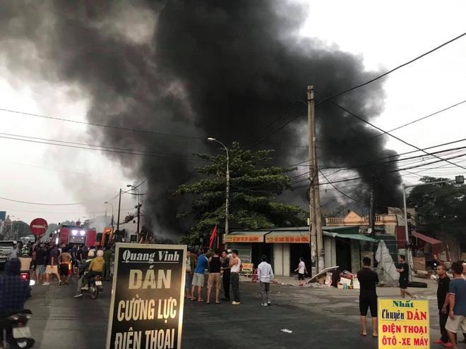 Chợ Còng cháy lớn lúc rạng sáng, lửa và khói bốc cao hàng chục mét - Ảnh 2.