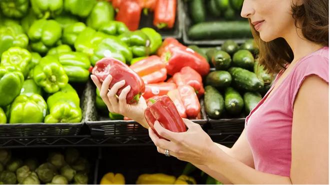 PGS Trần Đình Toán chia sẻ: Bí quyết đi chợ chọn rau, thịt, cá tươi tránh hoá chất - Ảnh 1.