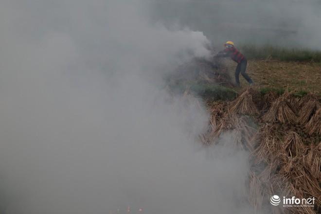 Sát thủ không khí lại xuất hiện, khói rơm rạ bắt đầu bủa vây Hà Nội - Ảnh 6.