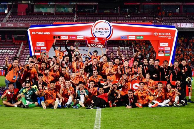 Mắc lỗi khiến CLB cũ của Xuân Trường mất cúp, trọng tài Thái Lan bị treo còi vô thời hạn - Ảnh 2.