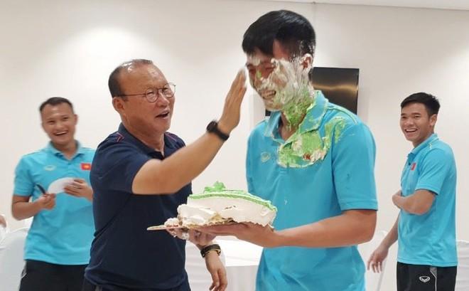 """Đón sinh nhật tuổi 24, Bùi Tiến Dũng lĩnh trọn """"đặc sản"""" hài hước của ĐT Việt Nam"""