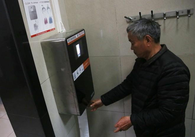 Trung Quốc ứng dụng trí tuệ nhân tạo để ngăn nạn ăn trộm giấy vệ sinh - Ảnh 1.