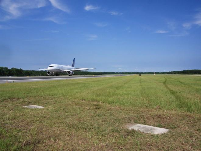 Bí ẩn 2 ngôi mộ nằm trên đường băng ở sân bay Mỹ - Ảnh 1.