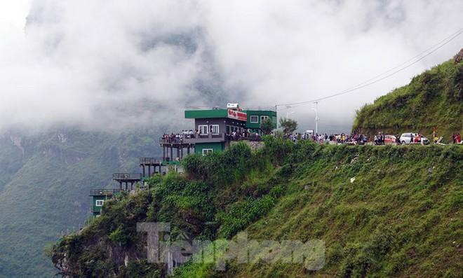 Hàng ngàn du khách check in ở Panorama Mã Pì Lèng giữa lúc đình chỉ hoạt động - Ảnh 1.