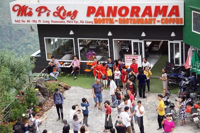 Hàng ngàn du khách check in ở Panorama Mã Pì Lèng giữa lúc đình chỉ hoạt động - Ảnh 3.