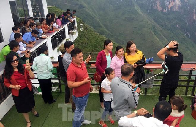 Hàng ngàn du khách check in ở Panorama Mã Pì Lèng giữa lúc đình chỉ hoạt động - Ảnh 5.