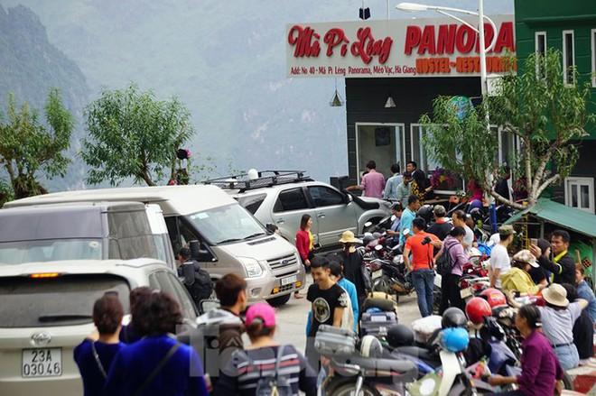 Hàng ngàn du khách check in ở Panorama Mã Pì Lèng giữa lúc đình chỉ hoạt động - Ảnh 8.