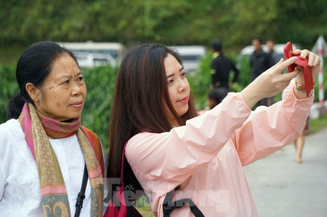 Hàng ngàn du khách check in ở Panorama Mã Pì Lèng giữa lúc đình chỉ hoạt động - Ảnh 10.