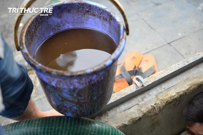 Cận cảnh nước váng dầu ở bể ngầm chung cư cao cấp sau sự cố nước sạch sông Đà nhiễm dầu thải - Ảnh 2.