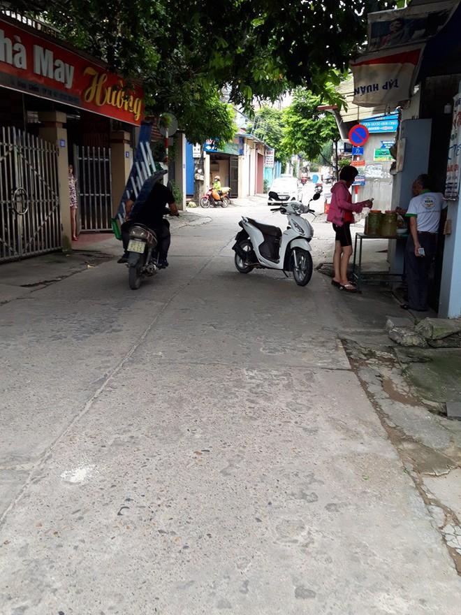 Người phụ nữ vứt xe giữa đường để... nghe điện thoại - Ảnh 2.