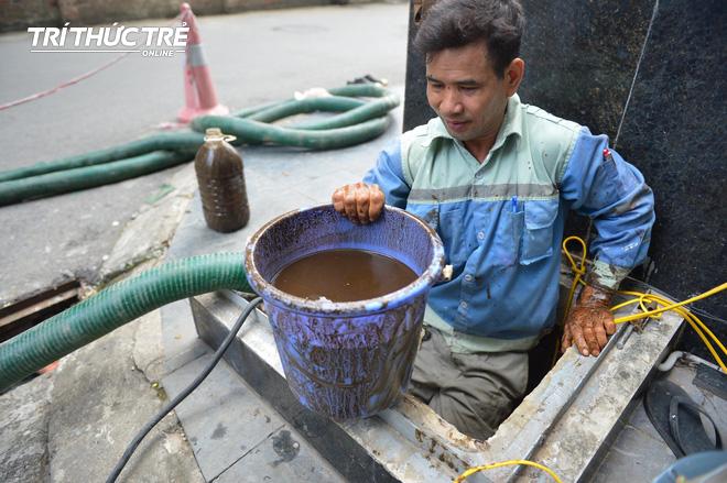 Cận cảnh nước váng dầu ở bể ngầm chung cư cao cấp sau sự cố nước sạch sông Đà nhiễm dầu thải - Ảnh 3.
