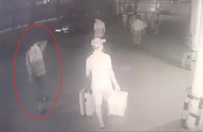 Lộ diện đoạn video xuất hiện nghi phạm sát hại dã man bảo vệ BHXH ở Nghệ An - Ảnh 1.